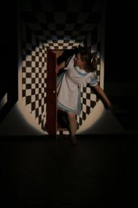 ALICE SHRINKING DOOR_r